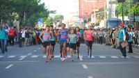 Pelari nasional, Triyaningsih (tiga dari kanan), hanya menempati posisi keempat pada ajang lomba Depok 10 K, di Depok, Jawa Barat, Minggu (30/10/2016). (Humas Depok 10 K)