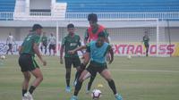 Aksi pemain Timnas Indonesia U-22 saat berlatih di Stadion Mandala Krida, Yogyakarta, Sabtu (7/9/2019). (Bola.com/Vincentius Atmaja)