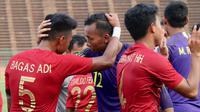 Kiper Timnas Indonesia U-22, Awan Setho, merayakan kemenangan bersama Bagas Adi pada laga Piala AFF U-22 2019 di Olympic Stadium, Phnom Penh, Kamboja, Minggu (24/2/2019). Indonesia menang 1-0 atas Vietnam. (Bola.com/Zulfirdaus Harahap)