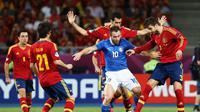 Para pemain tim nasional Spanyol mencoba merebut bola dari kaki pemain Italia, Antonio Cassano, pada partai final Piala Eropa 2012, di Olympic Stadium, 1 Juli 2012. (UEFA).