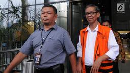 Tersangka Kepala KPP Pratama Ambon La Masikamba usai menjani pemeriksaan perdana pasca ditahan di gedung KPK, Jakarta, Rabu (31/10). La Masikamba diperiksa terkait  suap upaya pengurangan pajak yang harus dibayar. (Merdeka.com/Dwi Narwoko)