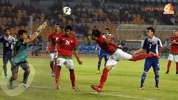 Serangan dari Timnas Indonesia U19 yang datang bertubi-tubi cukup merepotkan barisan pertahanan Laos (Liputan6.com/ Helmi Fithriansyah)