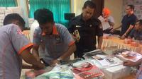 KPU Muara Enim membagikan Alat Peraga Kampanye (APK) dan bahan kampanye ke paslon Pilkada Muara Enim 2018 (Liputan6.com / Nefri Inge)
