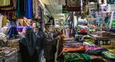 Calon pembeli memilih perlengkapan ibadah di pasar Tanah Abang Jakarta, Sabtu (17/4/2021). Saat bulan Ramadhan, umat muslim ramai berbelanja perlengkapan ibadah seperti, tasbih, sajadah, peci dan baju muslim untuk dipergunakan saat beribadah di bulan suci. (Liputan6.com/Faizal Fanani)