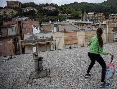 Keseruan Dua Gadis Italia Main Tenis di Atap Rumah Saat Lockdown