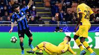 Striker Inter Milan, Matteo Politano, berebut bola dengan bek Barcelona, Clement Lenglet, pada laga Liga Champions di Stadion San Siro, Milan, Selasa (10/12). Inter kalah 1-2 dari Barcelona. (AFP/Miguel Medina)