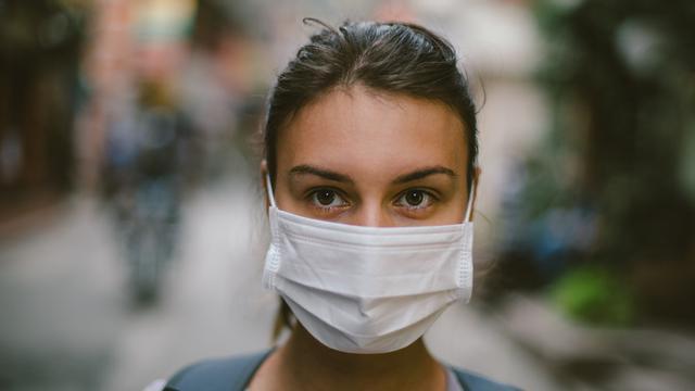 ilustrasi memakai masker medis