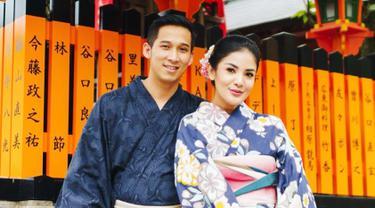 Bersama dengan suami tercinta, Askara Parasady Harsono dan kedua anaknya. Nindy Ayunda melakukan perjalanan liburan ke Jepang. Memang liburan ke Jepang tak lengkap bila belum berfoto menggunakan kimono. (Liputan6.com/IG/@nindyparasadyharsono)