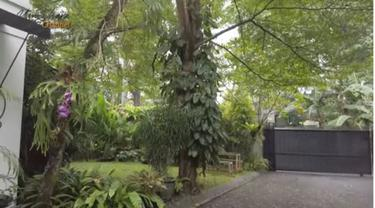 Ada Air Manncur dan Taman Penuh Tanaman di Rumah Yuni Shara
