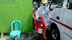 Paramedis membawa seorang anak saat testing PCR kepada warga yang pernah berhubungan dengan pasien positif COVID-19 di Puskesmas Cinere, Depok, Jawa Barat, Kamis (10/6/2021). Testing setelah tracing dilakukan kepada puluhan warga untuk meminimalisir penyebaran COVID-19. (merdeka.com/Arie Basuki)