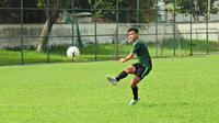 Gelandang Timnas Indonesia U-18 Brylian Aldama menjajal Primero Mundo, bola resmi Piala AFF 2019. (PSSI)