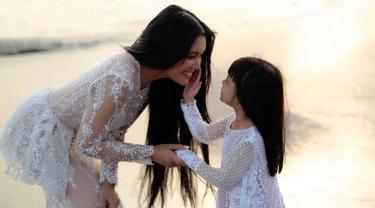 Putri semata wayang Denada, Shakira Aurum didiagnosa terkena Leukimia. Shakira kini mendapat perawatan di sebuah rumah sakit di Singapura.