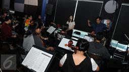 Isyana Sarasvati saat latihan bersama Erwin Gutawa Orchestra di kawasan Cilandak, Jakarta, Minggu (21/8). Pada malam puncak HUT SCTV ke-26 nanti, akan menjadi kali pertama Isyana diiringi oleh orkestra kenamaan Tanah Air. (Liputan6.com/Helmi Afandi)