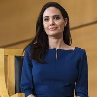 Di tengah problema rumah tangganya  saat ini, dilaporkan Hollywood Life Jolie telah siap menjalin cinta lagi. Bahkan saat ini dikabarkan dirinya sedang mencari sosok pria yang menggantikan Pitt. (AFP/Bintang.com)