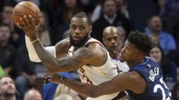 Pemain Cleveland Cavaliers, LeBron James (kiri)  Minnesota Timberwolves, Andrew Wiggins pada laga NBA basketball game di Target Center, Minneapolis, (8/1/2018). Minnesota menang 127-99. (AP/Jim Mone)