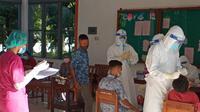 Para siswa seminari Bunda Segala Bangsa (BSB) sedang dilakukan Rapit Antigen oleh tim gugus tugas covid 19 kabupaten Sikka. (Liputan6.com/ Dionisius Wilibardus)