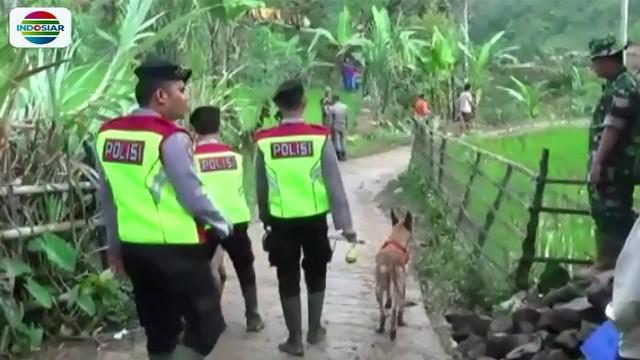 BPBD (Badan Penanggulangan Bencana Daerah) Sukabumi juga menurunkan sejumlah alat berat untuk mengangkat material longsor.