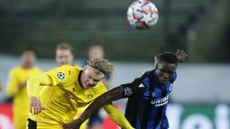 Penyerang Borussia Dortmund, Erling Haaland, berebut bola dengan bek Club Brugge, Odilon Kossounou, pada laga lanjutan Liga Champions di Jan Breydel Stadion, Kamis (5/11/2020) dini hari WIB. Borussia Dortmund menang 3-0 atas Club Brugge. (AP Photo/ Francisco Seco)