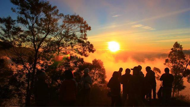 Menikmati Indahnya Golden Sunrise di Bukit Sikunir