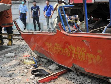 Kecelakaan maut terjadi antara Metromini dengan Kereta di perlintasan Angke, Tambora, Jakbar, Minggu (12/6/2015). Bagian Metromini yang telah dievakuasi usai terjadi tabrakan maut yang menewaskan 13 orang. (Liputan6.com/Gempur M Surya)