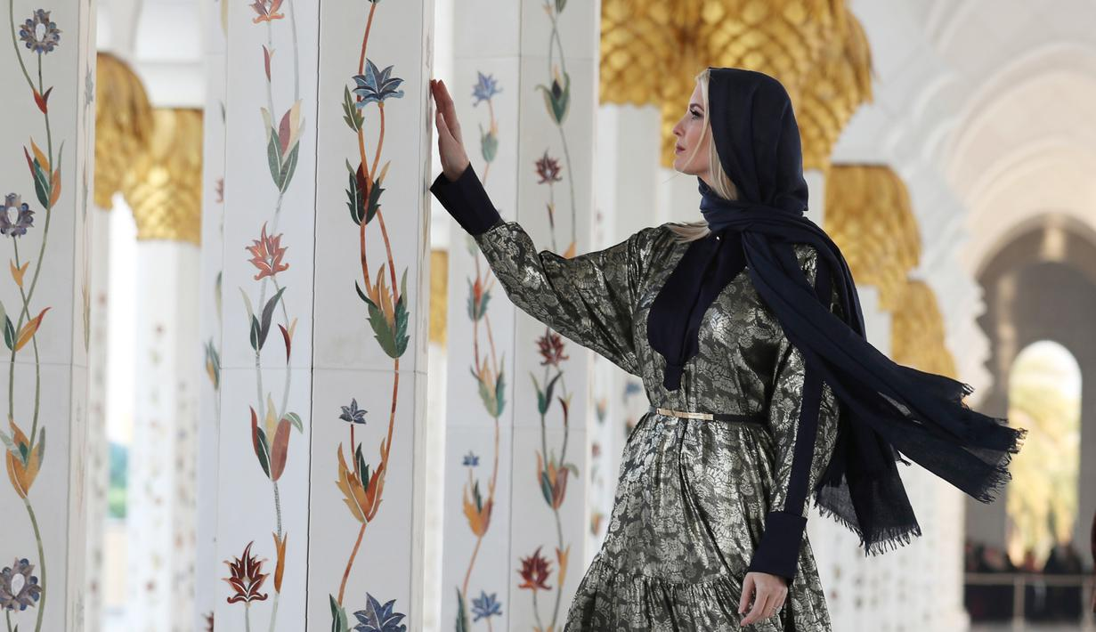 Ivanka Trump, putri dan penasihat senior Presiden Donald Trump, mengunjungi Masjid Agung Sheikh Zayed di Abu Dhabi, Uni Emirat Arab, Sabtu (15/22020). Ivanka akan menjadi salah satu pembicara dalam acara 'Global Women's Forum' yang berlangsung pada 16-17 Februari 2020. (AP/Kamran Jebreili)