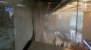 Dirut PT BEI, Tito Sulistio menyampaikan kejadian ambruknya balkon tower II gedung BEI.