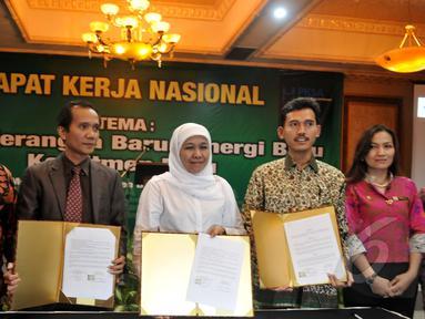Kementerian Sosial bersama KPAI dan Komnas HAM menunjukkan nota kerjasama, Jakarta, Selasa (5/5/2015). Kerjasama ini dalam rangka untuk mewujudkan kesejahteraan bagi korban kekerasan di masa lampau (Liputan6.com/Johan Tallo)