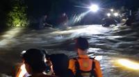 Puluhan Mahasiswa Lemas Usai Terjebak di tengah banjir Pegunungan Amonggedo Konawe.Puluhan Mahasiswa Lemas Usai Terjebak di tengah banjir Pegunungan Amonggedo Konawe.