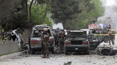 Kondisi kendaraan yang terkena serangan bom di dekat gedung Kedubes AS di Kabul, Afghanistan, Rabu (3/5). Delapan warga sipil dan tiga tentara AS dilaporkan tewas dalam insiden tersebut. (AP Photos / Massoud Hossaini)