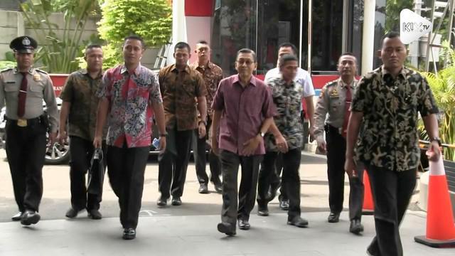 Mantan Wakil Presiden Boediono mendatangi gedung KPK. Boediono diperiksa dalam kasus Bank Century.