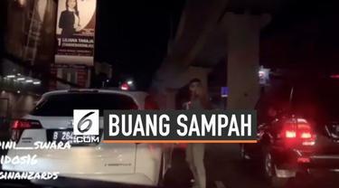 Sebuah mobil diketahui buang sampah sembarang di jalanan, ketika ditegur justru pemilik mobil bersikap arogan.