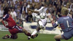 Nicolas Anelka merupakan striker andalan Arsenal. Pada 1999, Real Madrid tertarik untuk memboyongnya menuju Bernabeu. Sayangnya penampilannya di Los Blancos tak begitu cemerlang dan hanya bertahan satu musim saja. (Foto: AFP/Christophe Simon)