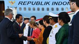 Presiden Joko Widodo atau Jokowi menyalami sejumlah pejabat saat tiba di Sydney, Australia, Jumat (16/3). Kedatangan Jokowi kali ini untuk menghadiri ASEAN-Australia Special Summit 2018. (Liputan6.com/Pool/Biro Pers Setpres)
