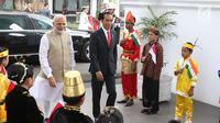 Presiden Joko Widodo (Jokowi) menyambut Perdana Menteri (PM) India, Narendra Modi di Istana Merdeka, Jakarta, Rabu (30/5). Kunjungan Modi ke Indonesia dilakukan untuk pertemuan bilateral kedua negara. (Liputan6.com/Angga Yuniar)
