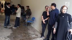 Kerabat dan keluarga almarhum Yockie Suryo Prayogo menunggu di Ruang Jenazah, Rumah Sakit Pondok Indah, Bintaro, Tangsel (5/2). Selama ini, kondisi kesehatan musikus berkacamata ini memang menurun. (Liputan6.com/Fery Pradolo)