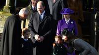 Pangeran George, Pangeran William, Puti Charlotte, dan Kate Middleton hendak pergoi setelah servis di Hari Natal yang dilangsungkan di Gereja St Mary Magdalene, Sandringham, Norfolk, 25 Desember 2019. (BEN STANSALL / AFP)