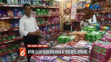 Petugas gabungan razia makanan rusak, kedaluwarsa, dan berkutu di toko ritel modern Cilacap, Jawa Tengah.