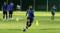 Pemain Timnas Indonesia, Kushedya Hari Yudo bekerja keras mengasah tendangannya dalam sesi latihan. (Foto: Bola.com/M Iqbal Ichsan)