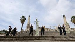 Polisi Prancis memblokir akses di tangga menuju Stasiun Kereta Api Saint Charles, di Marseille, Prancis Selatan, (1/10). Seorang pria dengan pisau menyerang orang-orang yang berada di stasiun kereta utama di kota Marseille. (AP Photo/Claude Paris)