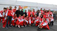 Menteri Pemuda dan Olahraga, Imam Nahrawi, berpose bersama atlet-atlet muda Indonesia yang tampil di Youth Olympic Games 2018 di Buenos Aires, Argentina. (Istimewa)