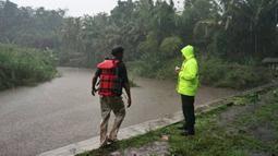 Tim penyelamat melakukan pengamatan kondisi sungai Sempor saat mencari siswa SMPN 1 Turi korban banjir bandang, Sleman, Yogyakarta, Jumat (21/2/2020). Ratusan personel gabungan diterjunkan melakukan penyisiran di sekitar lokasi kejadian. (AP Photo)