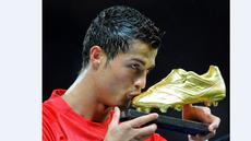 Cristiano Ronaldo mencium trofi golden boot jelang pertandingan melawan West Ham United dalam laga Liga Inggris di Old Trafford, Manchester, 29 Oktober 2008. (AFP/Andrew Yates)