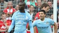 Mario Balotelli pamerkan tulisan Why Always Me usai jebol gawang Manchester United (skysports)