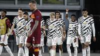 Para pemain Manchester United merayakan gol kedua ke gawang AS Roma yang dicetak striker Edinson Cavani (tengah) dalam laga leg kedua semifinal Liga Europa 2020/2021 di Olimpico Stadium, Roma, Kamis (6/5/2021). Manchester United kalah 2-3 dari AS Roma. (AFP/Filippo Monteforte)