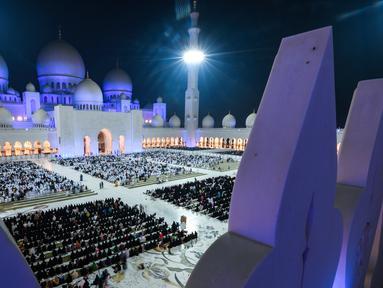 Umat muslim berdoa di halaman Masjid Agung Sheikh Zayed di Abu Dhabi, Uni Emirat Arab, Sabtu (1/6/2019). Umat muslim memanjatkan doa-doa jelang berakhirnya Ramadan untuk mendapatkan Lailatul Qadar atau malam yang lebih baik dari seribu bulan. (KARIM SAHIB/AFP)