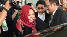 Warga negara Indonesia Siti Aisyah tersenyum saat meninggalkan Pengadilan Tinggi Shah Alam, Kuala Lumpur, Malaysia, Senin (11/3). Siti Aisyah ditangkap otoritas Malaysia pada 15 Februari 2017. (AFP Photo/ Mohf Rasfan)