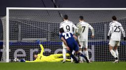 Penjaga gawang Juventus Wojciech Szczesny (kiri) gagal menghentikan bola tendangan pemain Porto Sergio Oliveira (27) pada pertandingan leg kedua babak 16 besar Liga Champions di Turin, Italia, Selasa (9 /3/2021). Juventus harus tersingkir dari Liga Champions. (Fabio Ferrari/LaPresse via AP)