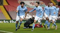 Gelandang Manchester City, Ilkay Gundogan (kiri) berselebrasi usai mencetak gol ke gawang Liverpool pada pertandingan lanjutan Liga Inggris di Stadion Anfield, Inggris, Senin (8/2/2021). Gundogan mencetak dua gol dan mengantar City menang atas Liverpool 4-1. (AP photo/Jon Super, Pool)
