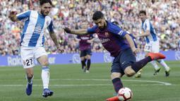 Striker Barcelona, Luis Suarez, menendang bola saat melawan Espanyol pada laga La Liga di Stadion Camp Nou, Sabtu (30/3). Barcelona menang 2-0 atas Espanyol. (AP/Manu Fernandez)