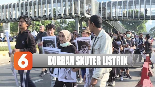 Keluarga dan rekan korban skuter listrik di Senayan, Jakarta Selatan menggelar aksi tabur bunga saat CFD.